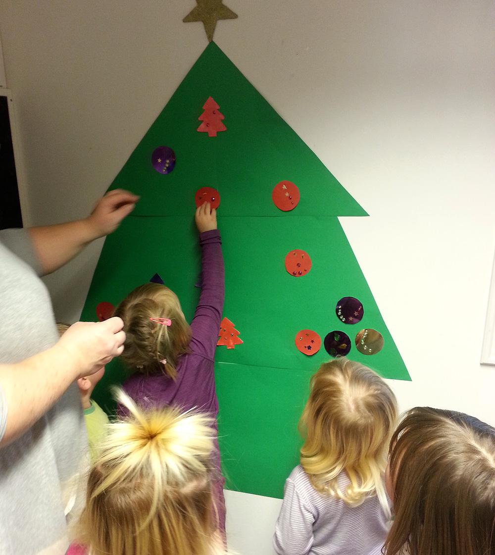 Blågruppa har laget et kjempefint og stort juletre inne som de har laget julepynt til.