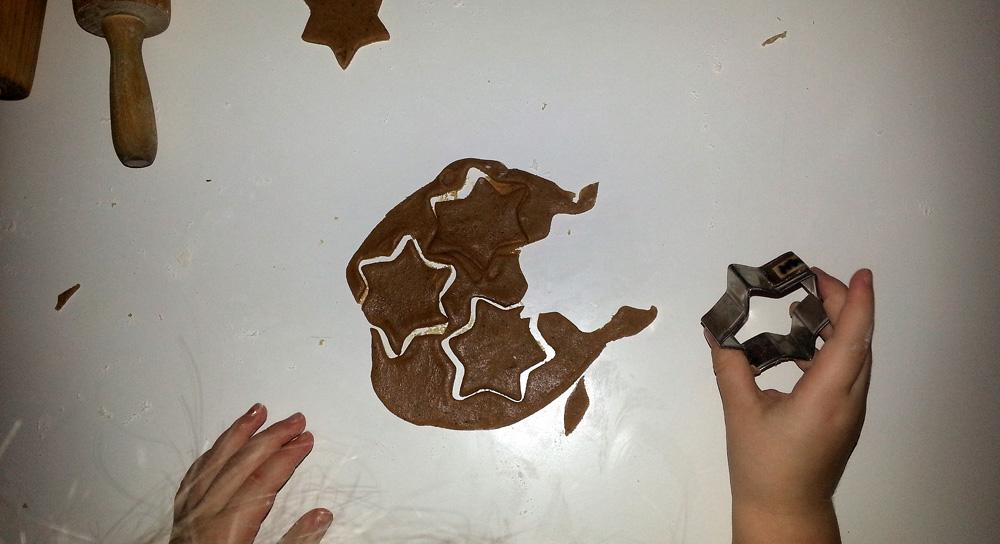 3. desember fant vi pepperkakedeig og oppgaven var å lage barnehagen vår som et pepperkakehus! Vi laget også noen pepperkaker som vi har prøvesmakt på. Nam!