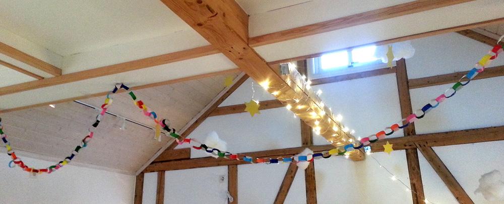 Rødgruppa har i ei stund nå jobbet med å lage verdens lengste julelenke, og i dag fikk vi endelig gjort den ferdig og hengt den opp. Det passet fint sammen med stjernelysene våre i taket.